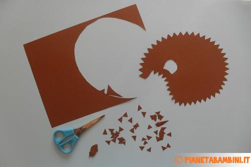 Sagoma del riccio ritagliata su cartoncino