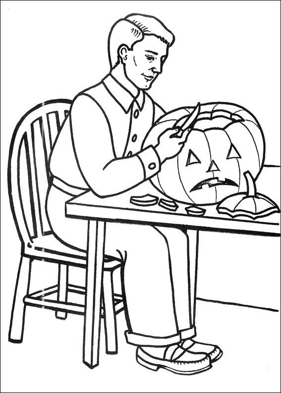 Uomo che intaglia una zucca di Halloween