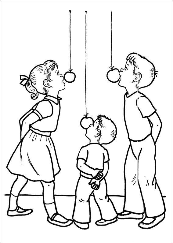 Bambini che fanno il gioco della mela