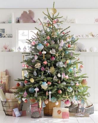 Immagine dell'albero di Natale con decorazioni marine