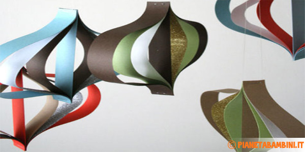 Come creare dei coloratissimi ornamenti di carta per Natale