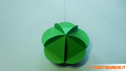 La pallina di carta stilizzata e colorata