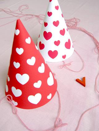 Immagine dei cappelli di carta con cuoricini