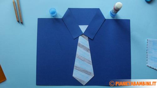Come incollare la cravatta sulla camicia di cartoncino