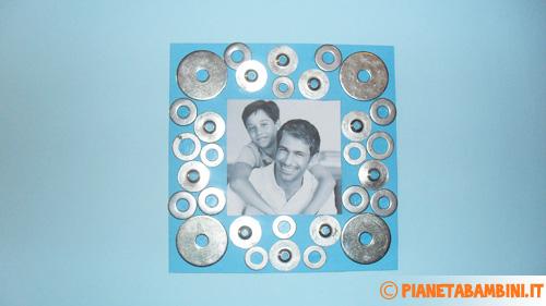 Inserimento della foto nella cornice con le rondelle