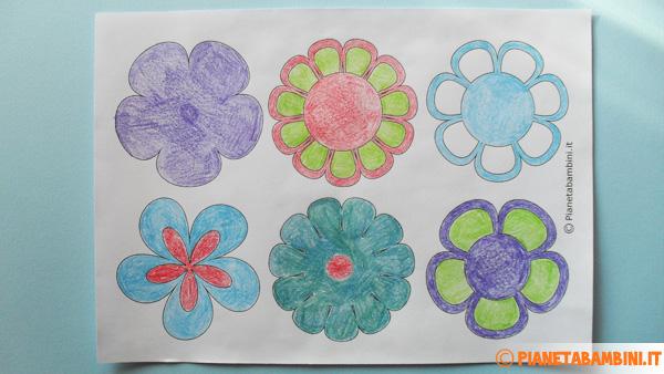 Colorazione delle sagome dei fiori di carta