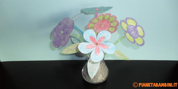 Fiori creati con carta e cannucce