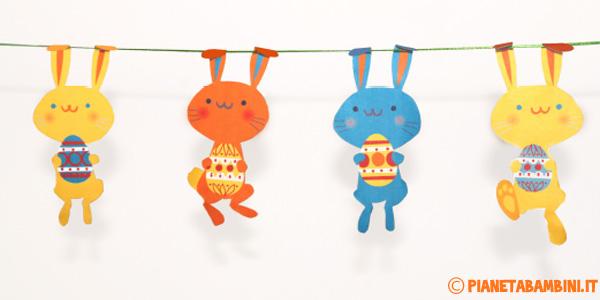 Coniglietti con uova pasquali già colorati