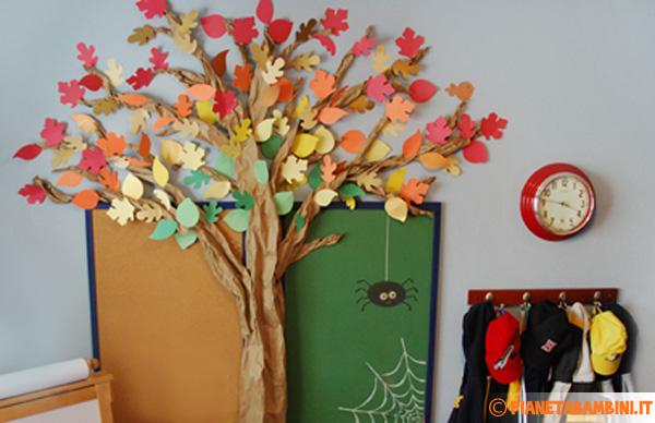 Albero autunnale completo di foglie di carta