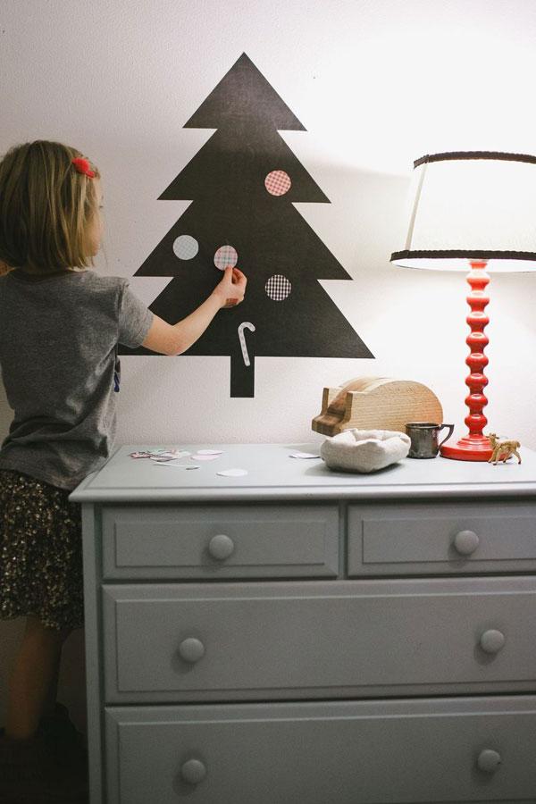 Albero di Natale fai da te da creare su parete con degli adesivi
