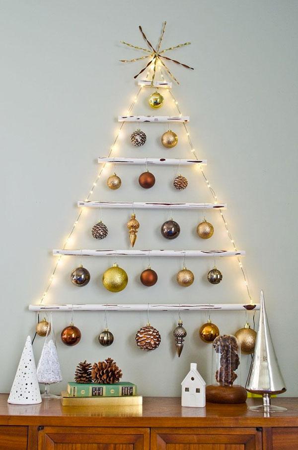 Come creare un albero di Natale da parete fai da te con bastoncini