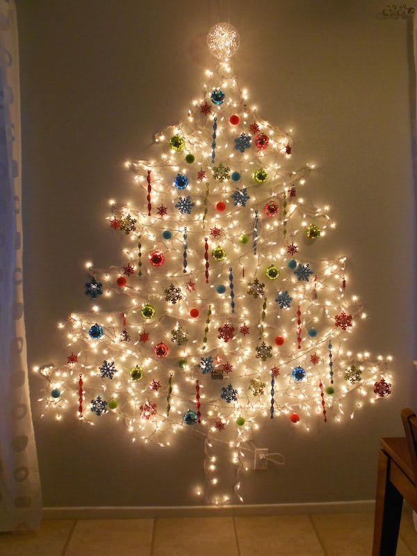 Come creare un albero di Natale da parete fai da te con le luci