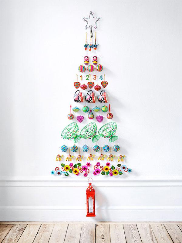 Come creare un albero di Natale da parete fai da te con oggetti vari