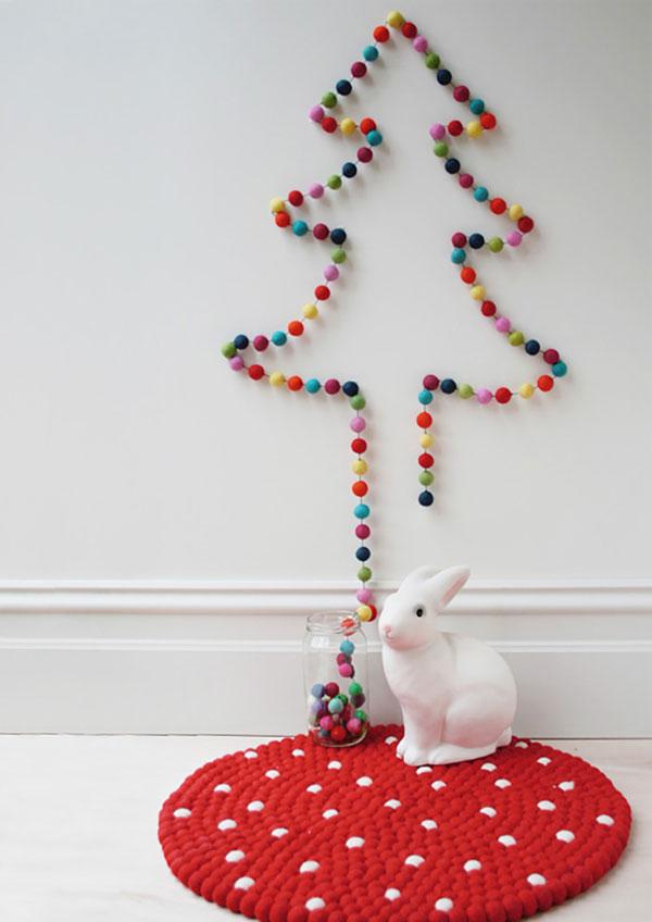 Albero di Natale da parete con pom pom colorati