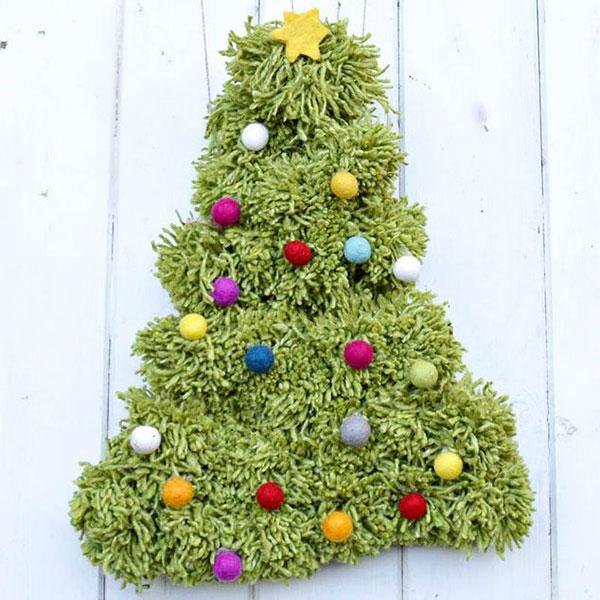 Come creare un albero di Natale da parete fai da te con tappeto e pon pon