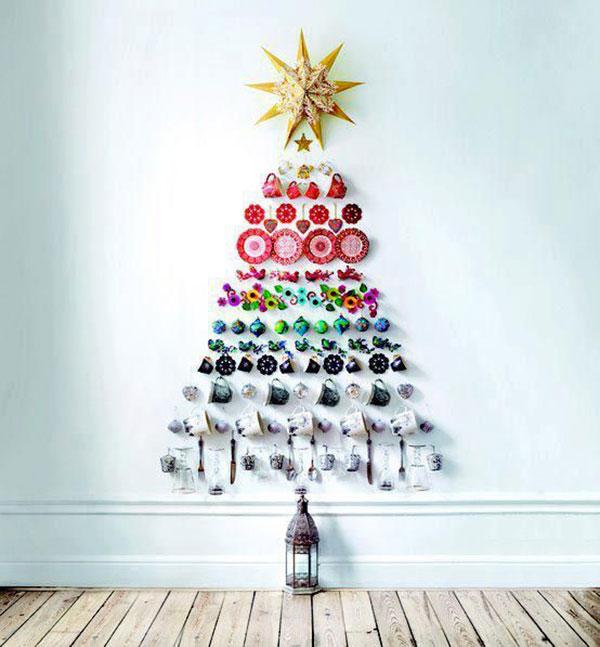 Come creare un albero di Natale da parete fai da te con le tazze
