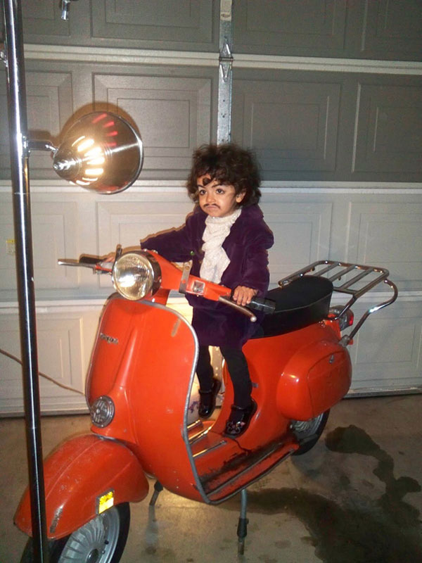 Costume di Halloween da Prince sulla Vespa