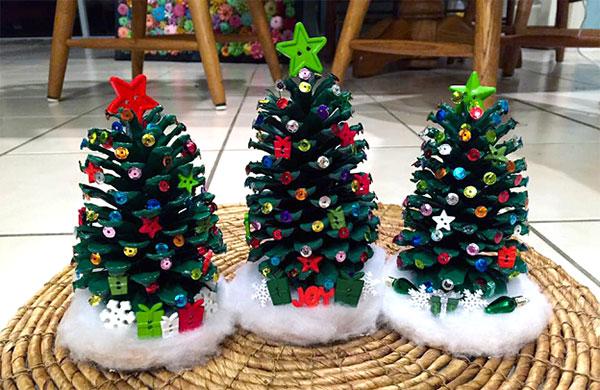 Come creare degli alberelli di Natale con pigne