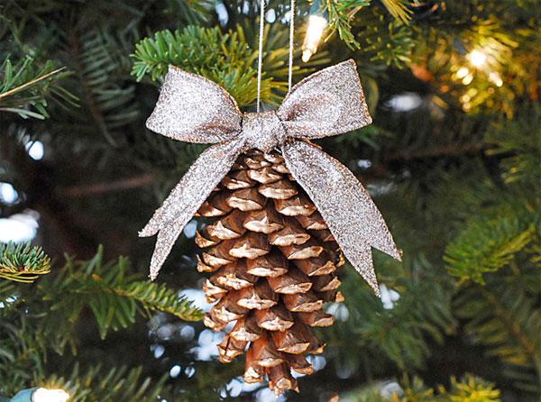 Addobbi per l'albero di Natale con le pigne