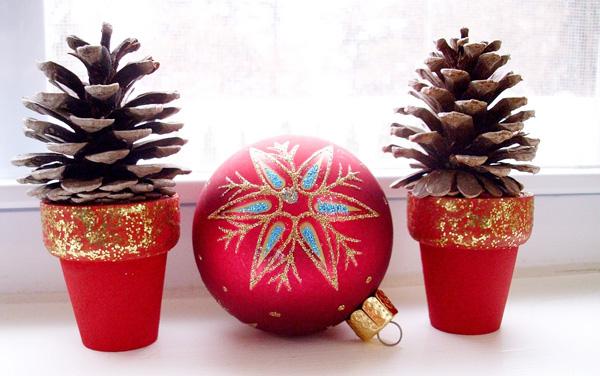 I vasetti di Natale con le pigne