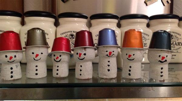 Come creare dei pupazzi di neve con i tappi di sughero