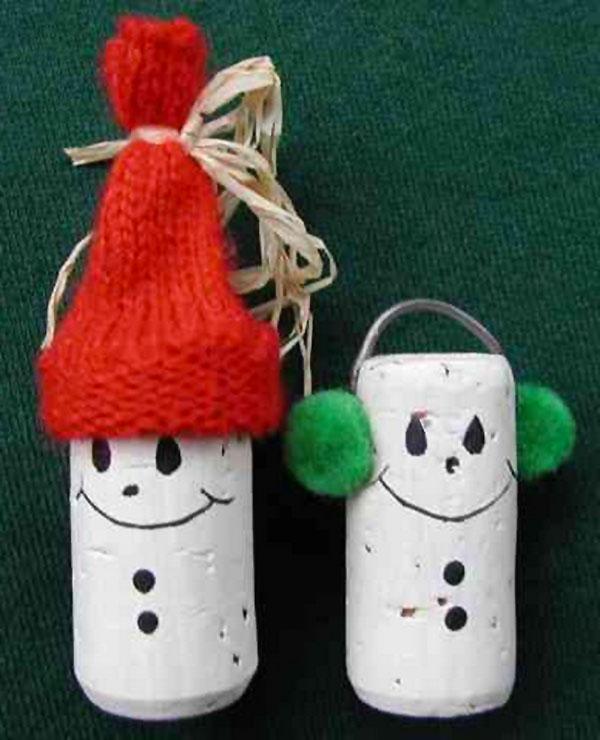 Come creare dei pupazzi di neve con tappi di sughero con cappello e paraorecchie