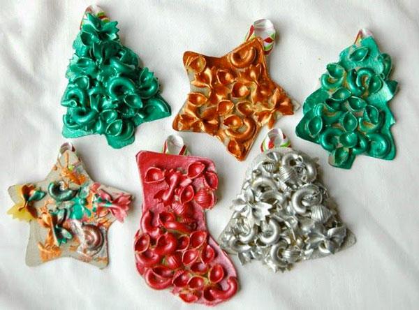 Sagome natalizie decorate con pasta colorata