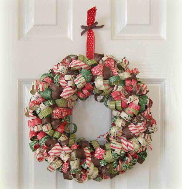 Ghirlanda natalizia con nastrini decorati