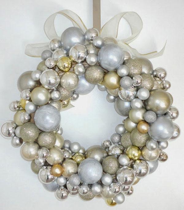 Ghirlanda natalizia con palline argentate e dorate