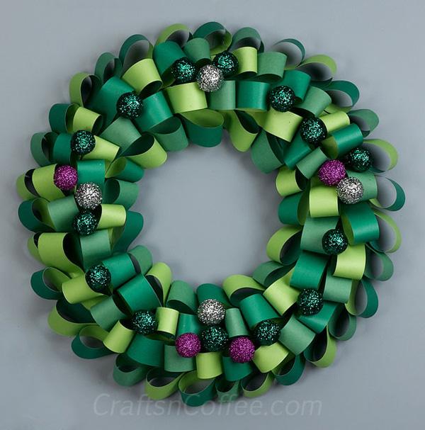 Ghirlanda natalizia con cartoncino verde e palline glitterate