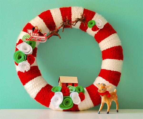 Ghirlanda natalizia lavorata a maglia con decorazioni