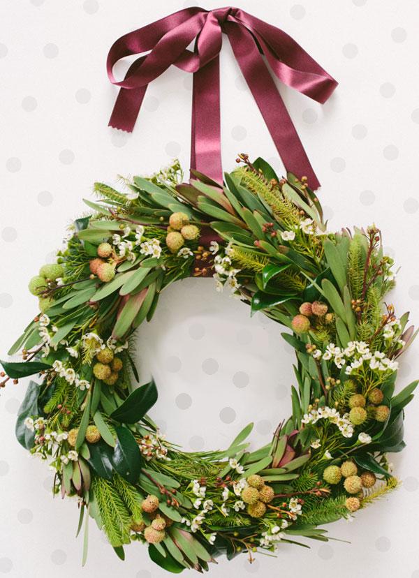 Ghirlanda natalizia con foglie e rametti