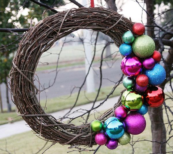 Ghirlanda natalizia con rami intrecciati e palline colorate