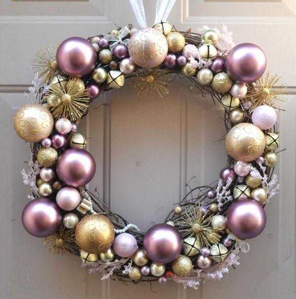 Ghirlanda natalizia con palline rosa e oro