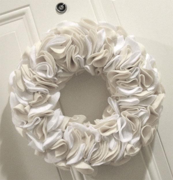 Ghirlanda natalizia in feltro bianco e beige