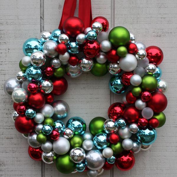 Ghirlanda natalizia con palline multicolore