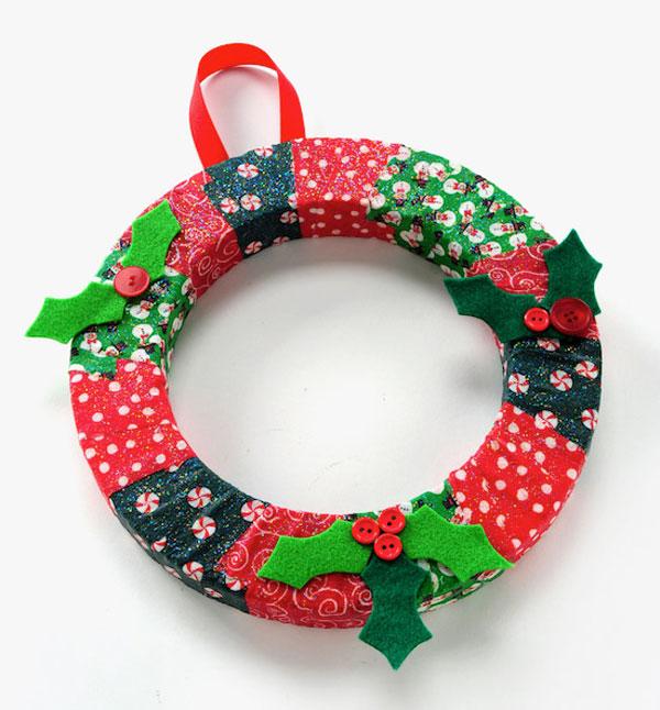 Ghirlanda natalizia con porzioni di stoffa decorata