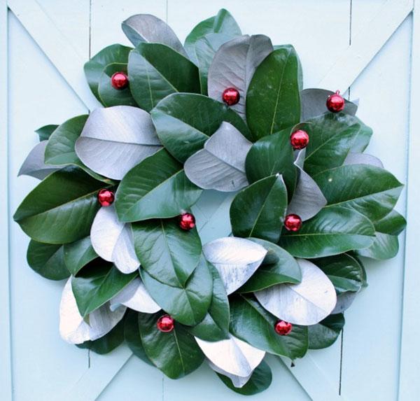 Ghirlanda natalizia con foglie e palline rosse