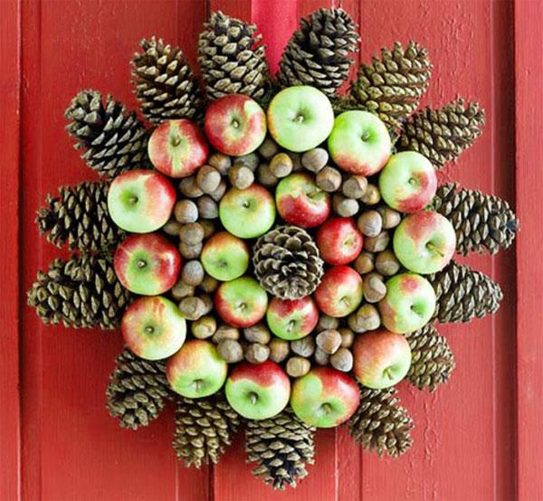 Ghirlanda natalizia con pigne, mele e nocciole