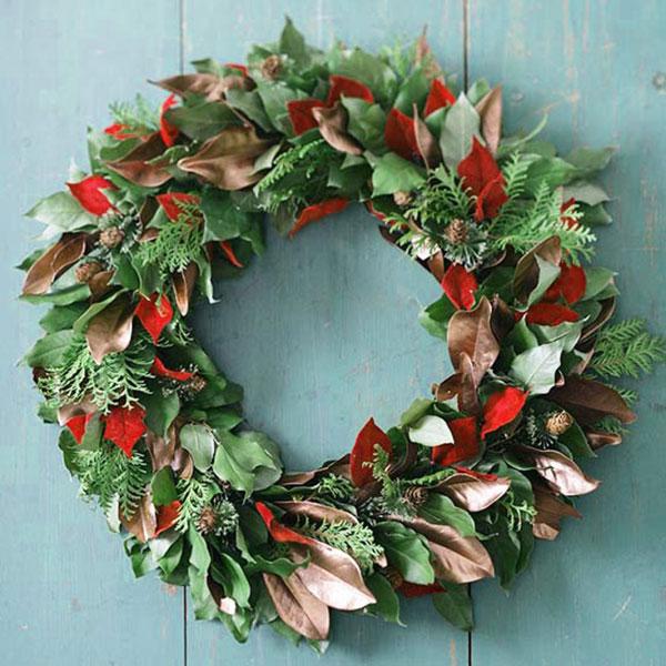 Ghirlanda natalizia con foglie essiccate e rametti