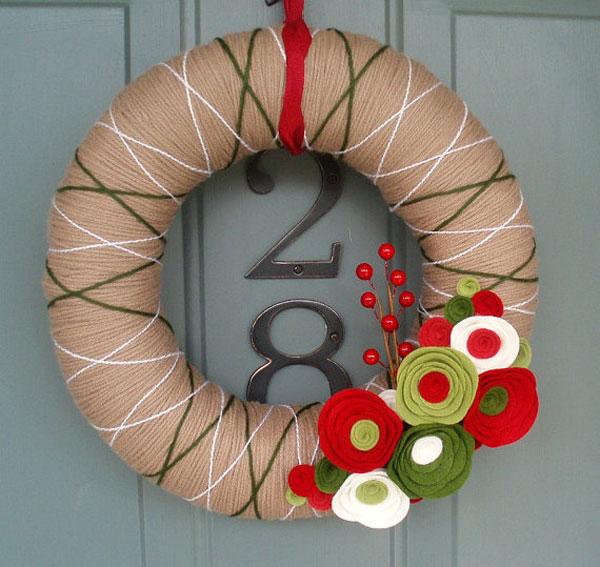 Ghirlanda natalizia con filo colorato e fiori in feltro