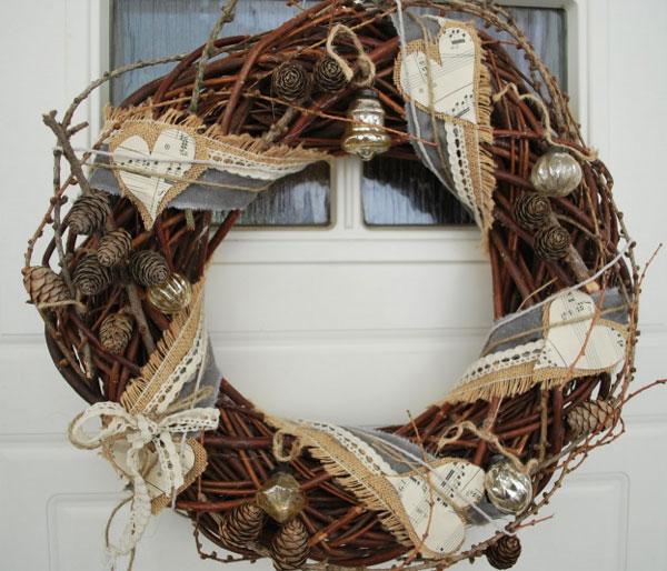 Ghirlanda natalizia con rami, pigne e stoffa