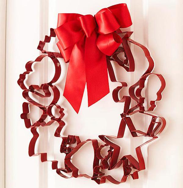 Ghirlanda con sagome rosse ispirate al Natale