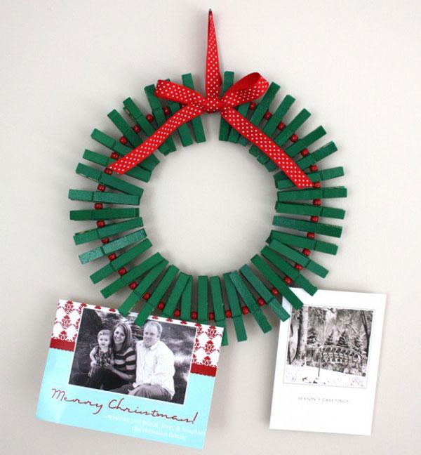 Ghirlanda natalizia con mollette verdi e nastro rosso