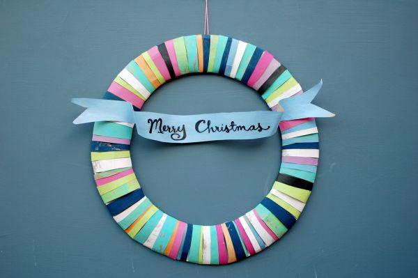 Ghirlanda natalizia con tessuti multicolore