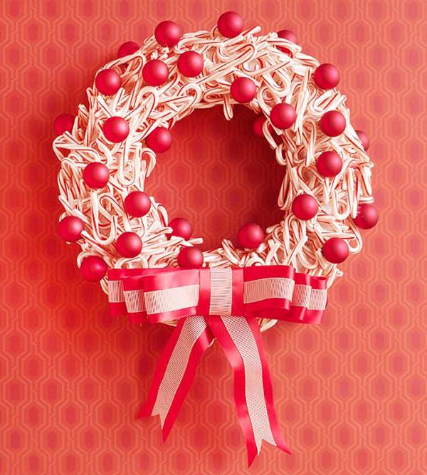 Ghirlanda natalizia con bastoncini di zucchero e palline rosse
