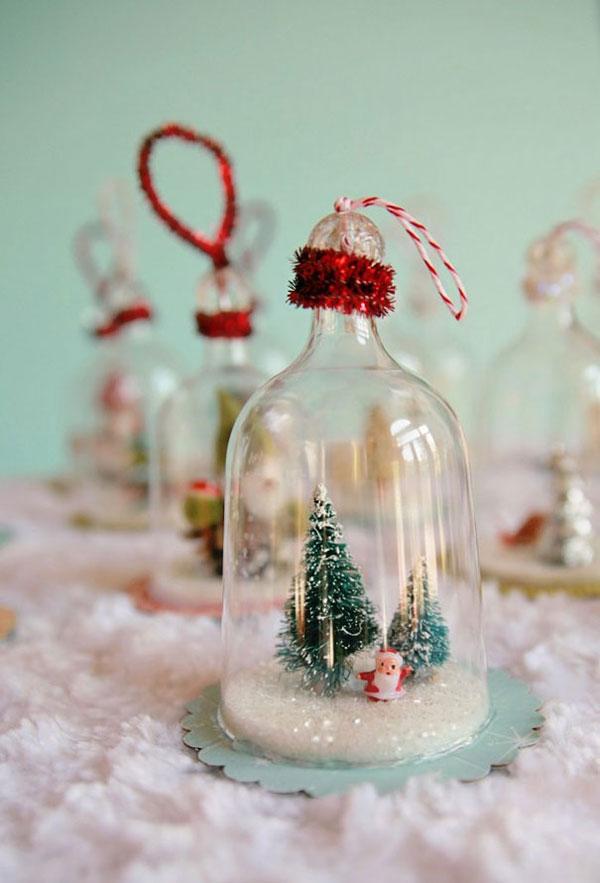 Decorazioni di Natale sotto campane di vetro