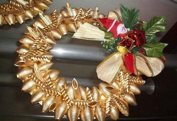 Come creare una ghirlanda natalizia con la pasta