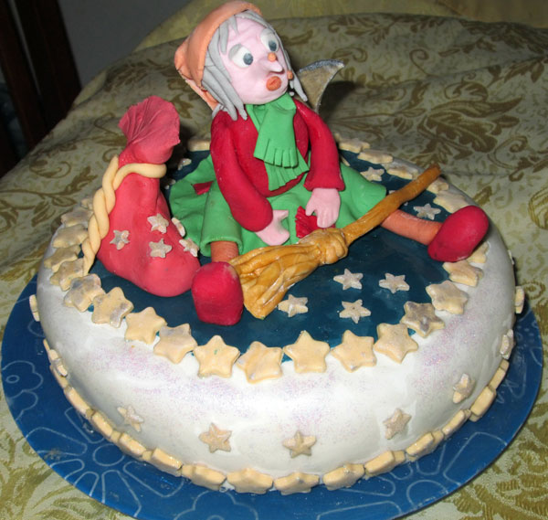 Foto della torta della Befana in pasta di zucchero n.02