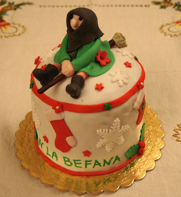 Foto della torta della Befana in pasta di zucchero n.13